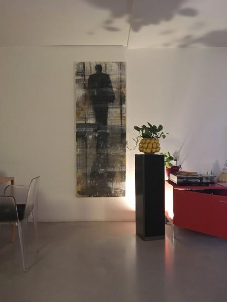 Werk in interieur. De uit/ingang vinden - Finding   Mixed media op doek. 150 cm x 85 cm.
